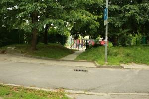 Ciąg pieszo-jezdny przy Stokłosy 6