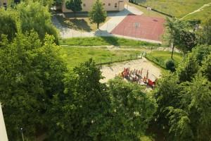 Widok na boisko, plac zabaw i Plac Wielkiej Przygody