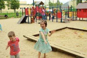 Plac zabaw obok którego miałaby powstać droga dojazdowa